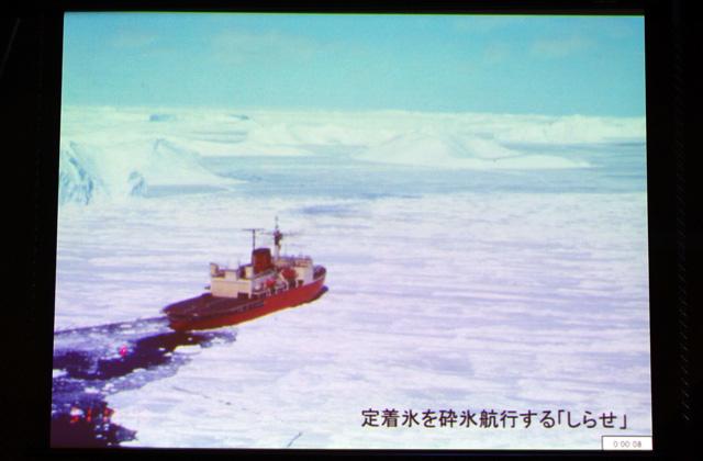 南極に向かう舟「しらせ」